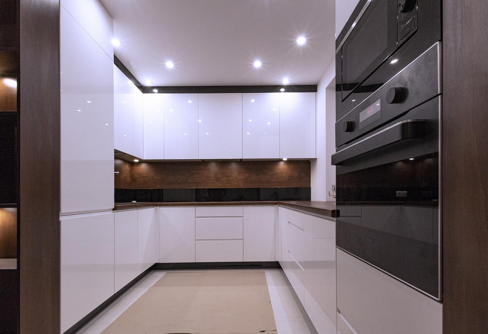 Kuchnia Biały Lakier Z Drewnem Czarnym Mirror Glossem I